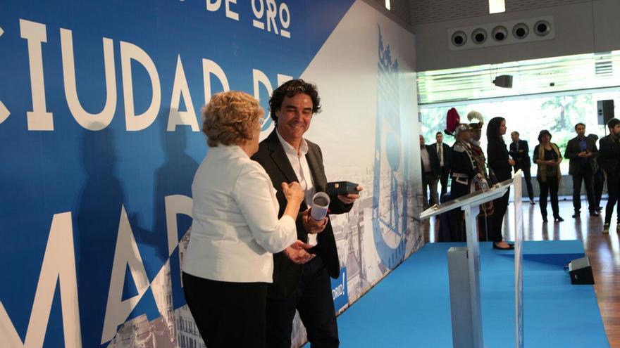 La alcaldesa de Madrid, Manuela Carmena, con Diego Figuera Álvarez en la entrega de las medallas de oro de la ciudad en 2016.