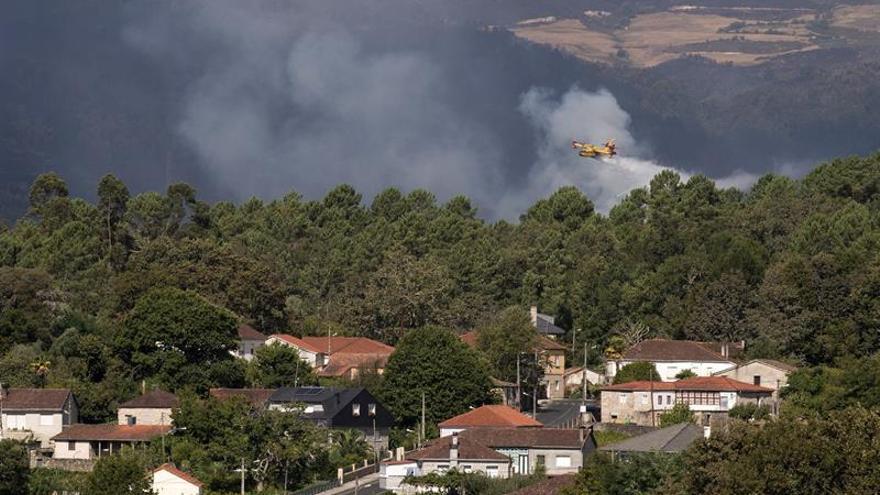 El fuego de Entrimo (Ourense) es el único activo y sigue próximo a viviendas