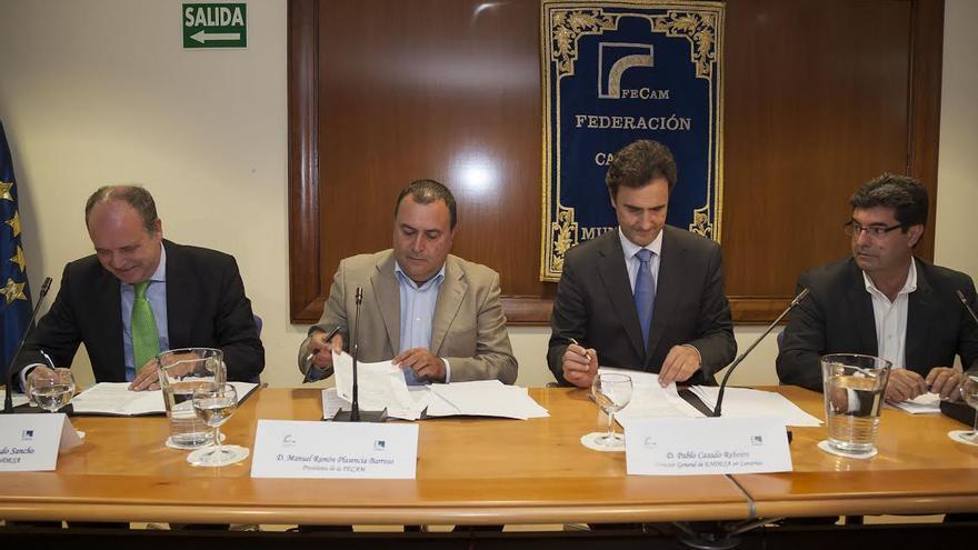 En la imagen, acto de firma del convenio entre Endesa y Fecam para colaborar con los ayuntamientos en la atención a la pobreza energética.