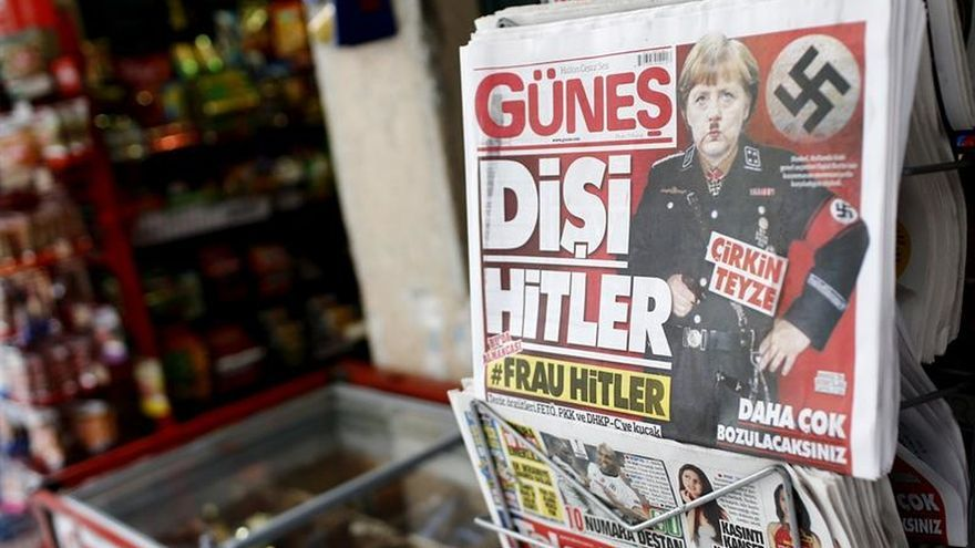 """Un diario progubernamental turco presenta a Merkel como """"Frau Hitler"""""""
