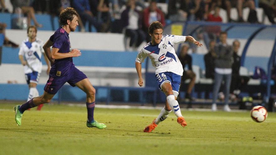 Luis Milla pasa durante el Tenerife-Celta B del Trofeo Teide 2018