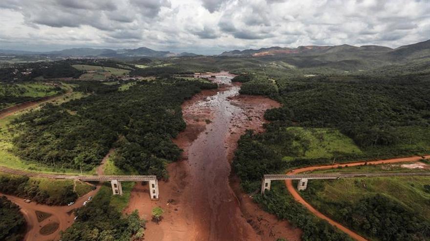 Fotografía tomada el 26 de enero de 2019 en la que se registró una panorámica aérea del desastre causado por la rotura de una presa que contenía residuos minerales de la compañía Vale, en Brumadinho (Minas Gerais, Brasil).