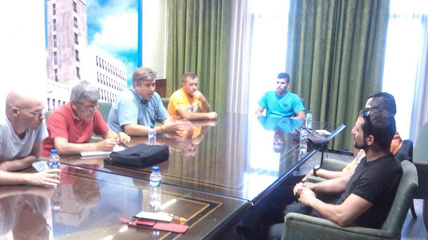Reunión del consejero de Infraestructura del Cabildo con representantes de los ciclistas.
