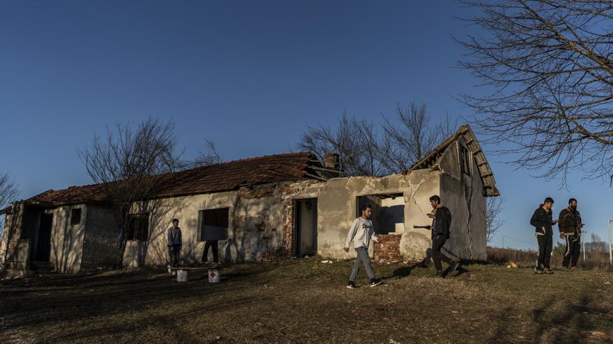 Exterior de la casa abandonada en Trzac, Bosnia, donde vive un grupo de jóvenes de Pakistán