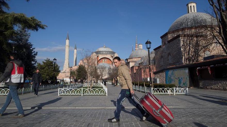 Turistas abandonan el turístico distrito de Sultanahmet, en las inmediaciones de la Mezquita Azul, en el centro de Estambul (Turquía). EFEArchivo