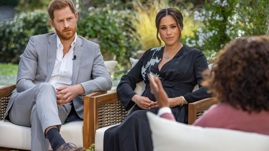 Una imagen del príncipe Harry, duque de Sussex, y su esposa Meghan, duquesa de Sussex, durante su entrevista con Oprah Winfrey.
