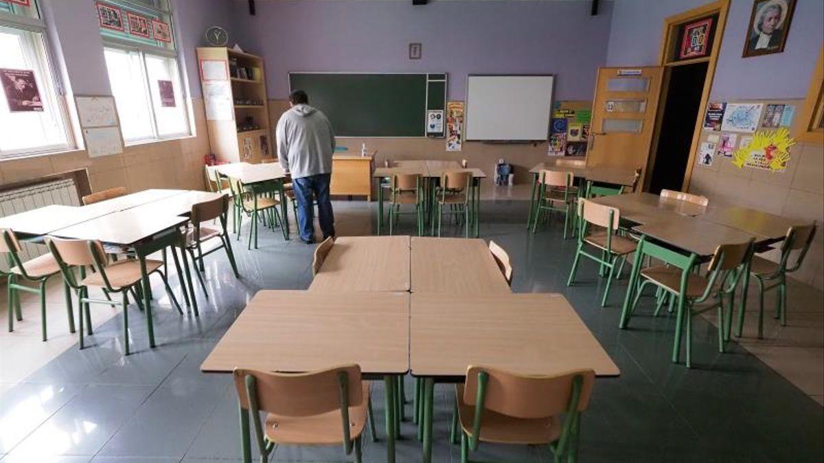 El personal adapta un aula escolar a las nuevas medidas contra la COVID-19