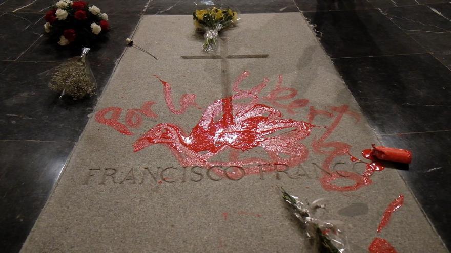 El artista ha pintado una paloma de la paz sobre la tumba del dictador.