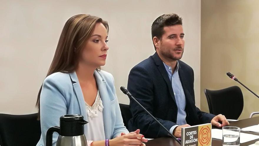 La portavoz de Podemos en las Cortes de Aragón, Maru Díaz, y el secretario general de Podemos Aragón, Nacho Escartín