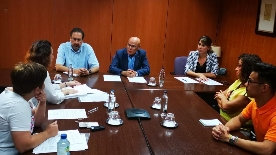 Reunión entre el diputado del Común, Rafael Yánez, y la Plataforma Vecinal 'Viviendas Sociales en Lucha'.