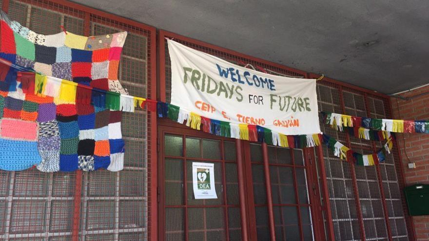 Pancarta colgada en la entrada del colegio público de San Sebastián de los Reyes