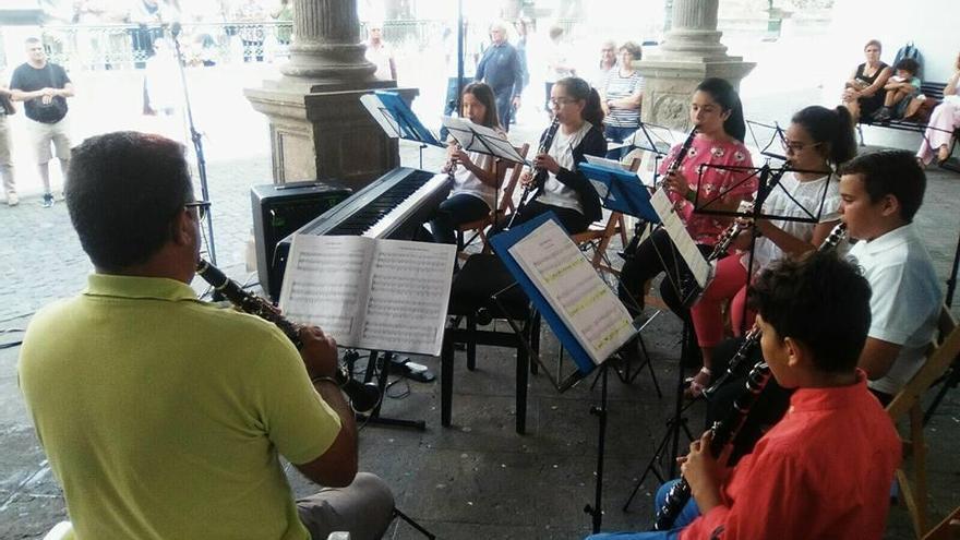 Foto de archivo de un grupo de alumnos y alumnas de la Asociación Academia de Instrumentos Musicales CajaCanarias. Foto: Academia de Instrumentos Musicales CajaCanarias.