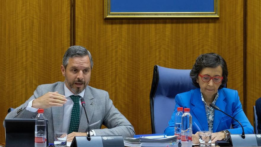 El consejero andaluz de Hacienda, Juan Bravo, y la presidenta de la comisión parlamentaria, la socialista Rosa Aguilar.