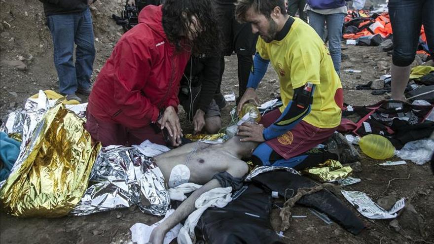 Guardacostas griegos rescatan a 37 refugiados en un nuevo naufragio ante la isla de Lesbos