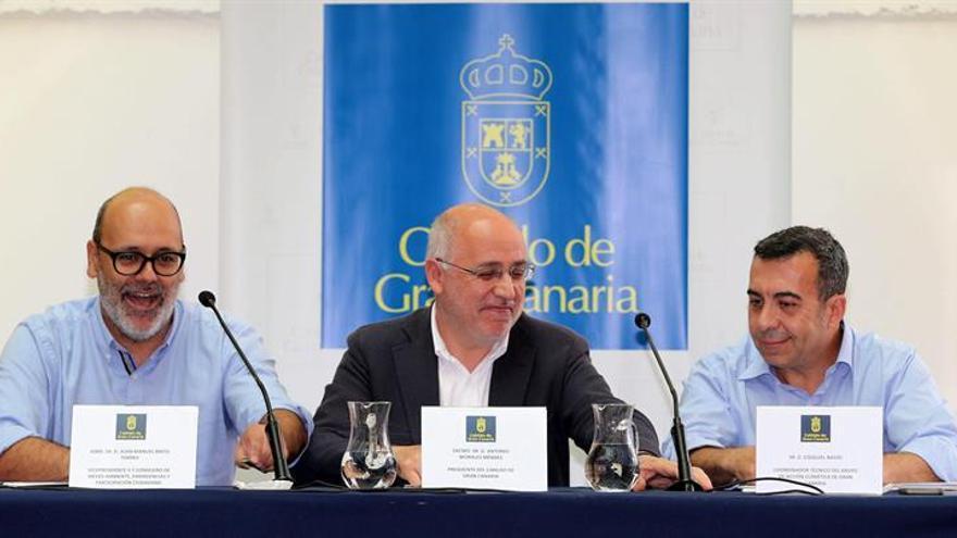 El presidente del Cabildo de Gran Canaria, Antonio Morales (c) y el vicepresidente y consejero de Medio Ambiente, Juan Manuel Brito (i), presentaron hoy el Grupo de Acción Climática de la corporación, en un acto en el que estuvo presente el experto Ezequiel Navío (d), coordinador de esta nueva entidad. EFE/Elvira Urquijo A.