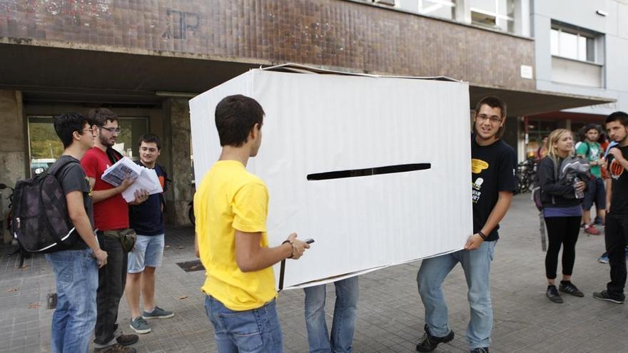 Algunos estudiantes cortaron la Diagonal esta mañana con urnas de cartón gigantes. /Foto: SEPC