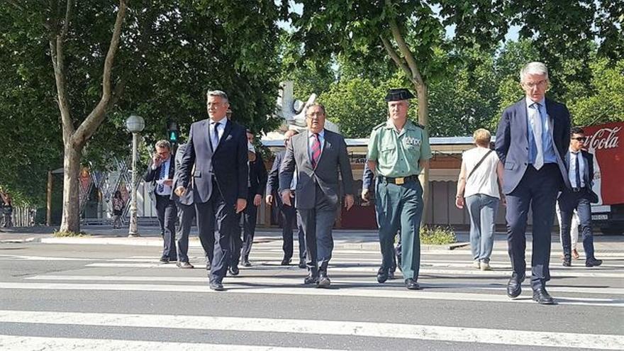 El ministro Zoido, paseando por Vitoria antes de la Junta de Seguridad del País Vasco