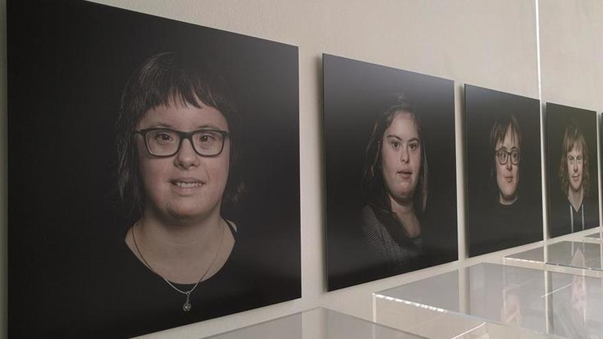 Artistas con síndrome de Down reflexionan sobre si mismos a través de una exposición