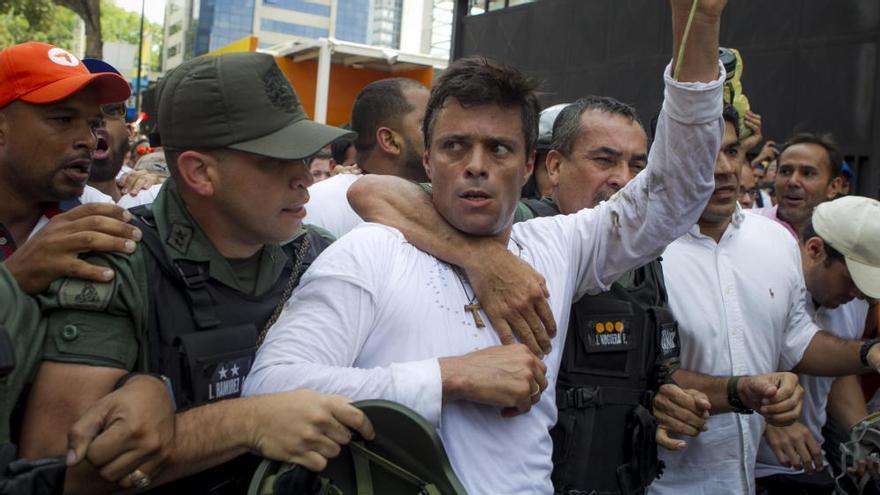 El opositor venezolano Leopoldo López se entrega a miembros de la Guardia Nacional en febrero de 2014. (Efe)