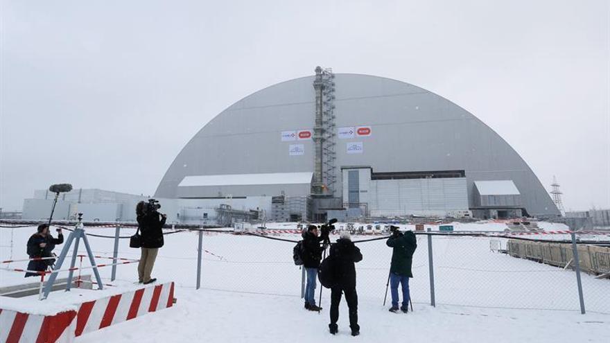 El reactor averiado de Chernóbil, cubierto por un nuevo y seguro sarcófago