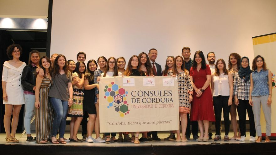 Unos 200 participantes de 17 nacionalidades recogen su reconocimiento como 'Cónsules de Córdoba'