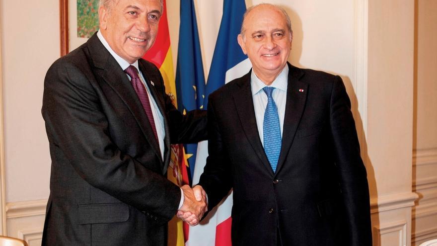 El comisario de Interior europeo, Dimitris Avramopoulos, a la izquierda, junto al ministro del Interior español Jorge Fernández Díaz.