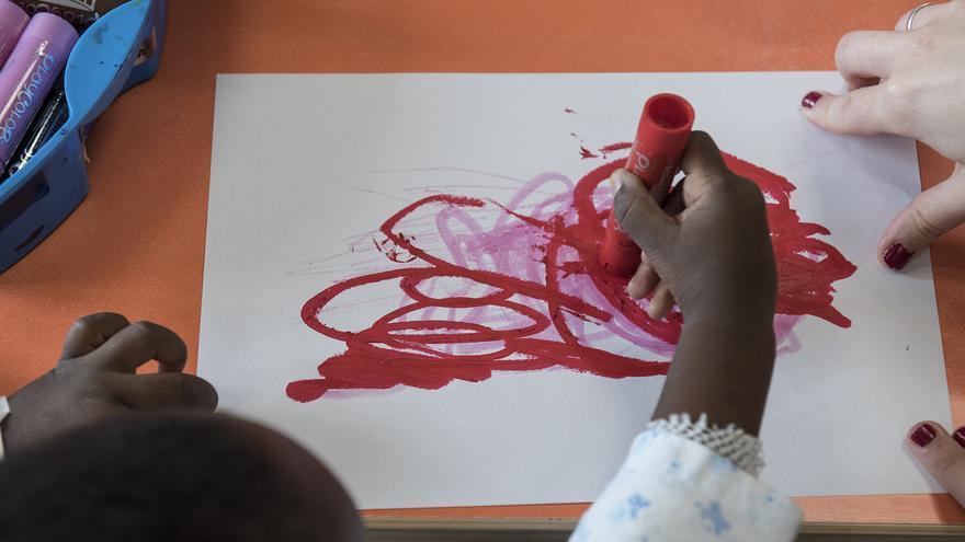 Un niño pinta durante su estancia en el Aula Hospitalaria de Valdecilla.
