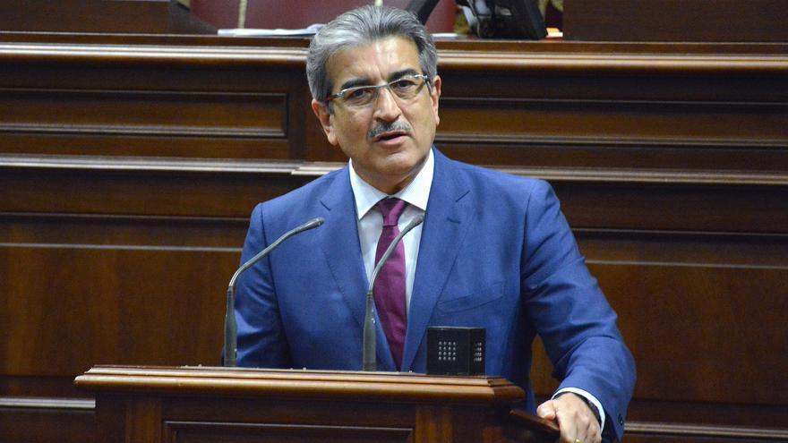 El presidente de Nueva Canarias, Román Rodríguez en el pleno del Parlamento