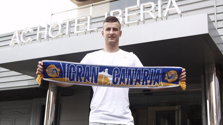 Alen Olmic a su llegada a Gran Canaria tras jugar el Europeo con su selección. (cbgrancanaria.net).