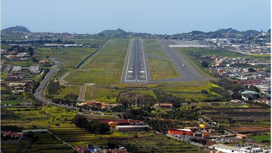 Pista del aeropuerto Tenerife Norte y alguna de las viviendas afectadas por el ruido.