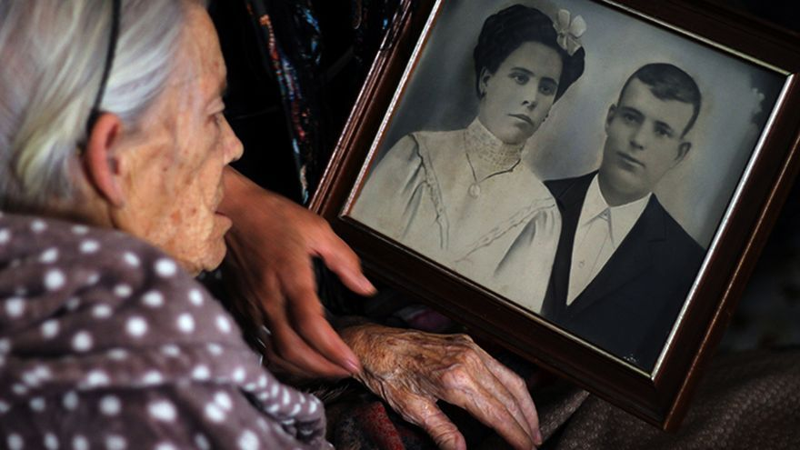 Rosario Peña Luna (84 años), hija de Carmen Luna, ante el retrato de sus padres. |