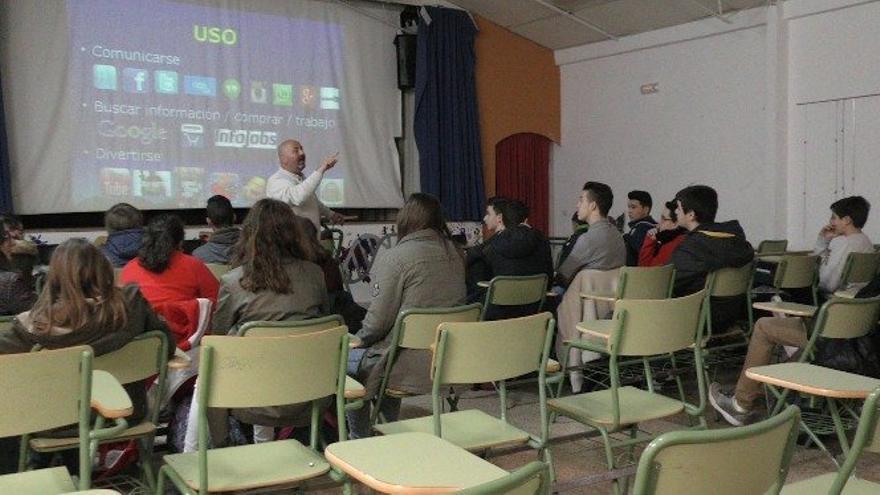 Andrés Carmona dando una charla a jóvenes sobre adicciones sin sustancia