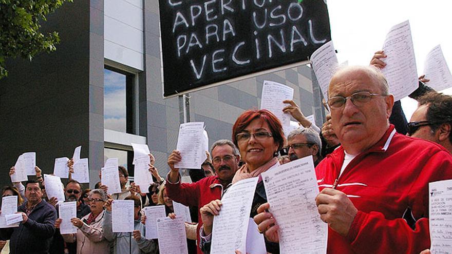 Protesta de vecinos en 2013 por el cierre del pabellón de Fidiana.