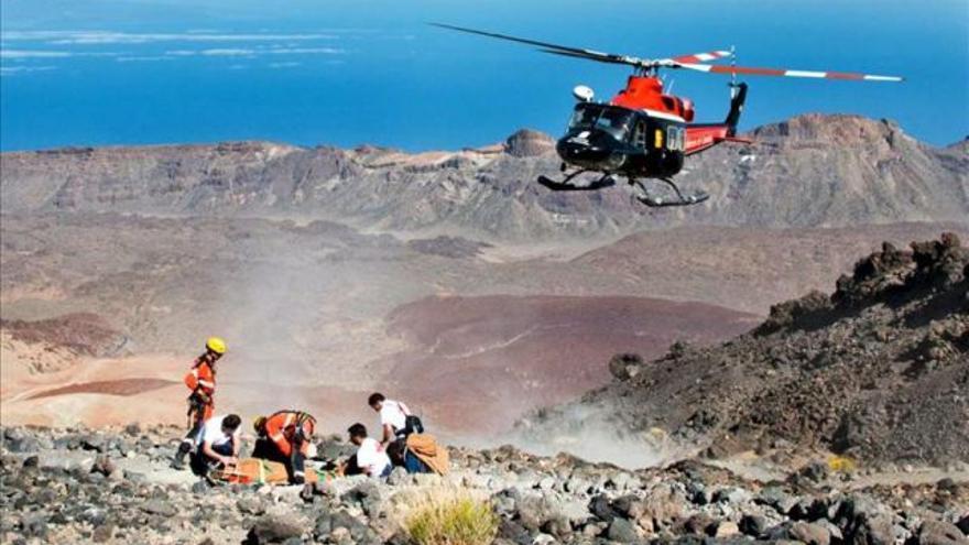 Imagen de archivo de una evacuación con helicóptero en el Teide