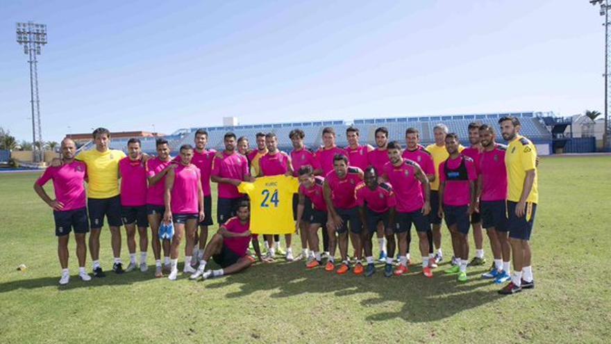 La plantilla de la UD Las Palmas muestra su apoyo a Kyle Kuric. (Página oficial UD Las Palmas).