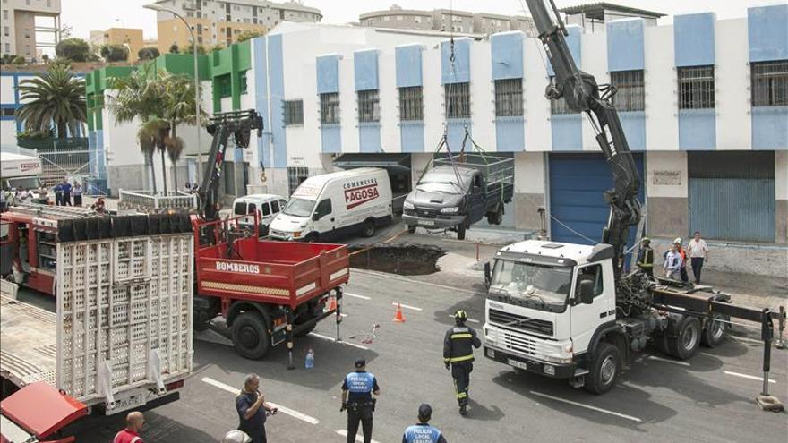 Un herido grave al ser engullido su coche por un socavón en Las Palmas. EFE