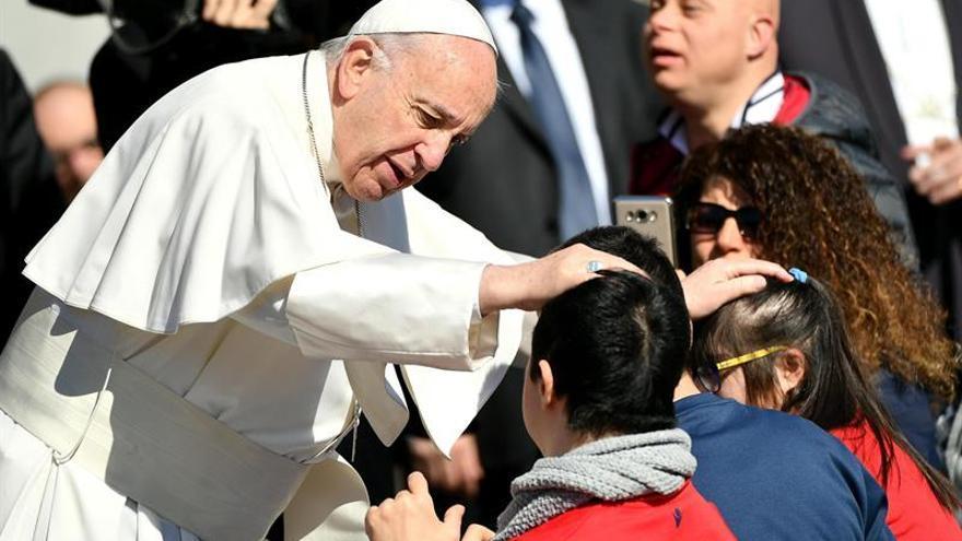"""El papa pide pobreza al clero aunque no quiere """"curas descamisados"""""""