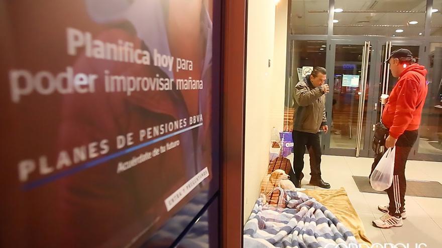 Personas sin hogar en un cajero   MADERO CUBERO