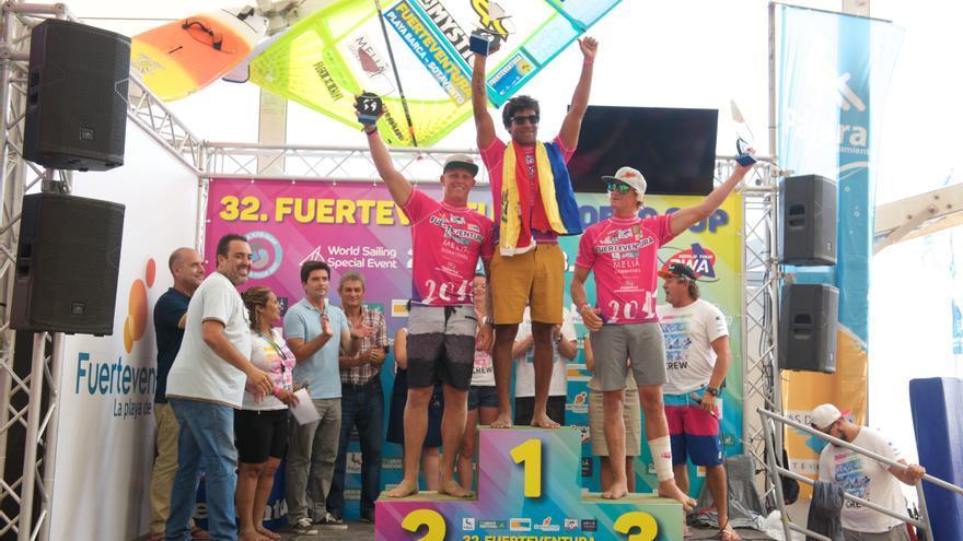 Podio masculino de la prueba de Freestyle de Fuerteventura con José Gollito Estredo en el primer puesto de la clasificación, el argentino Amado Vrieswijk segundo clasificado y el belga Yentel Caers tercero