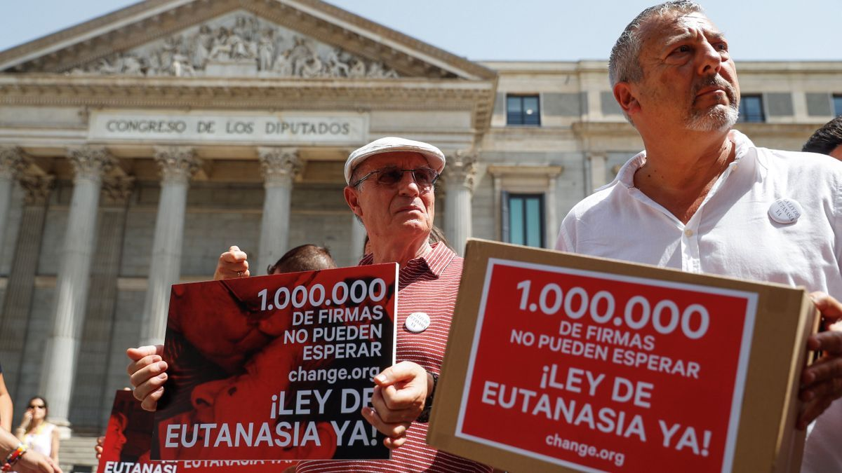 Change.org entrega en el Congreso más de un millón de firmas para solicitar que se despenalice la eutanasia en España.