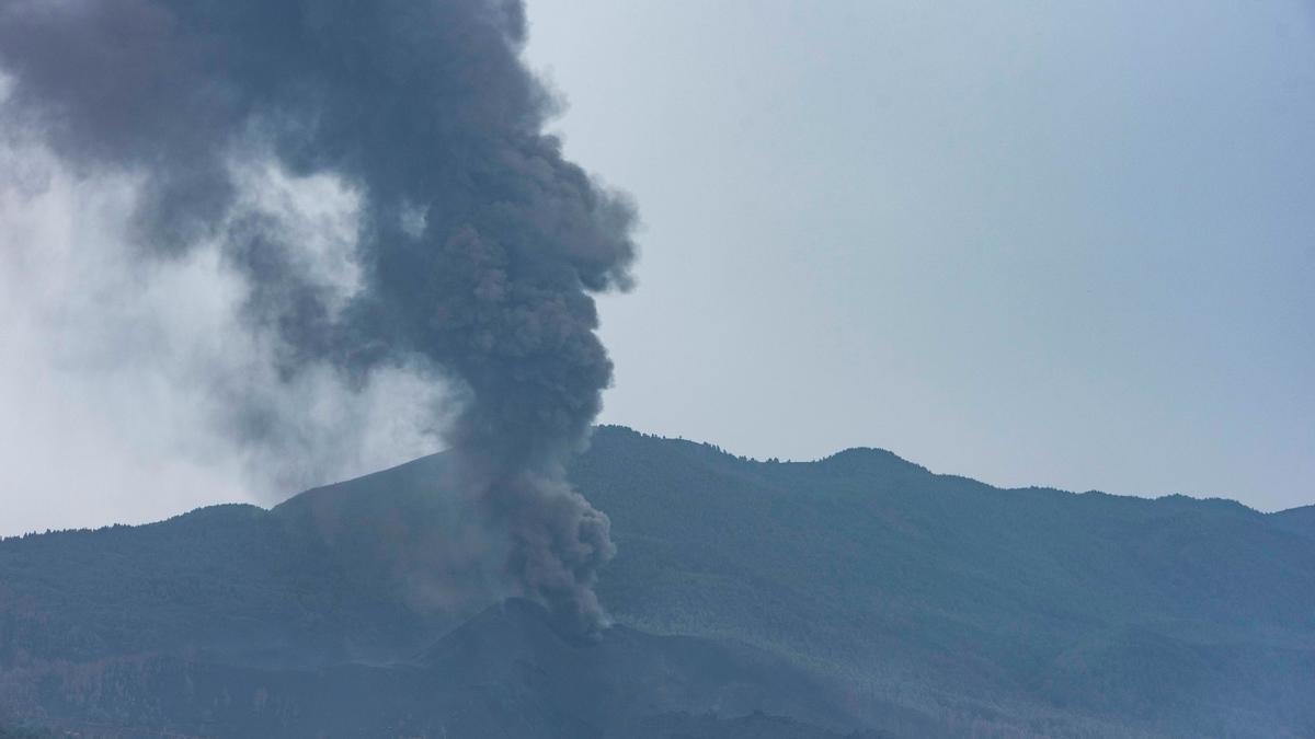 La densa columna de humo del volcán de La Palma, este lunes