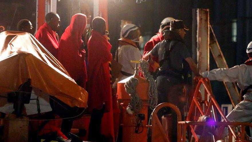 Llegan al puerto los 35 inmigrantes rescatados cerca de la isla de Alborán