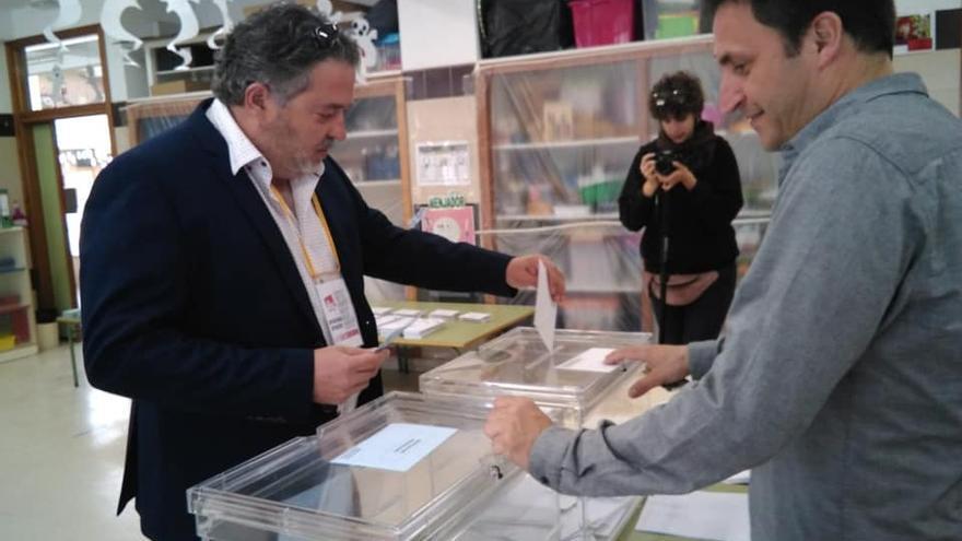 El alcalde de Muro d'Alcoi, Gabriel Tomás (EUPV), durante la jornada electoral del pasado 26M