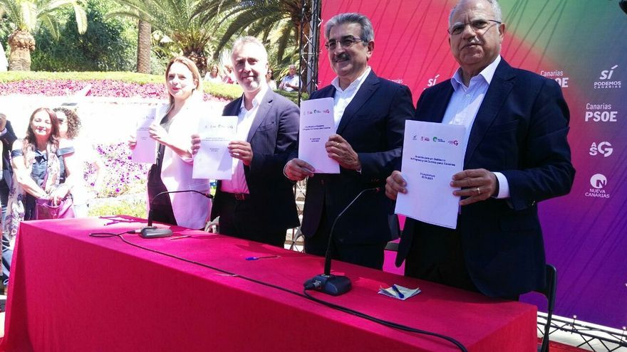 Noemí Santana, Ángel Victor Torres, Román Rodríguez y Casimiro Curbelo firman el pacto de progreso en Canarias. (CANARIAS AHORA)