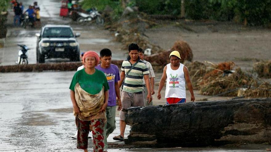 Tembin sale de Filipinas reforzado como tifón tras dejar unos 200 muertos
