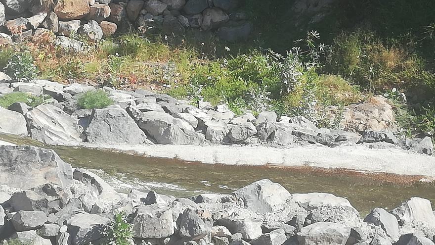 Imagen facilitada por el PSOE de la canalización de pluviales que lleva aguas fecales por el lecho del barranco, cerca del barrio de San Isidro