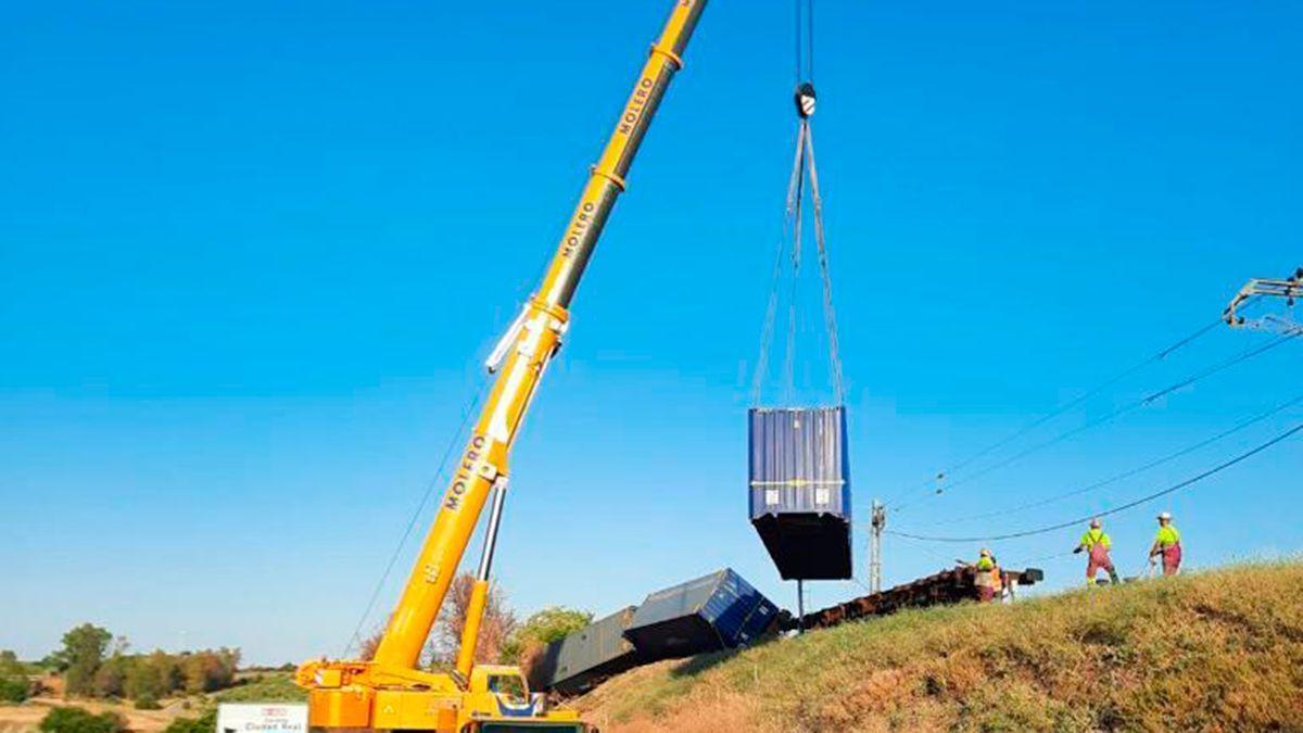 Una grúa retira un vagón de la vía en Montoro.