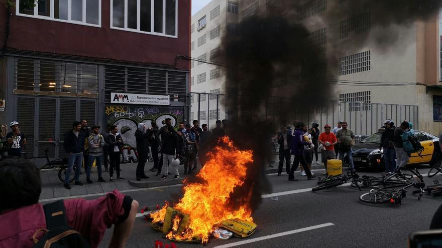 Protesta de repartidores de plataformas frente a la sede de Glovo en Barcelona por la muerte de un mensajero.