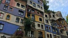 Fachada multicolor y caótica de la Hundertwasserhaus, una extravagancia del Landsrasse vienés. Brian Dooley