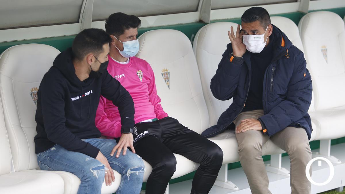 Juanito, con Javi Flores y Carlos Valverde antes de un partido